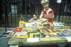 Kinderen die boeken kopen bij bookfair royalty-vrije stock afbeeldingen