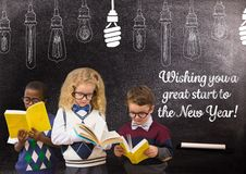 Kinderen die boeken lezen tegen bord met citaten van de het jaargroet van 2017 de nieuwe Stock Afbeeldingen