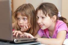 Kinderen die computer met behulp van Royalty-vrije Stock Foto's