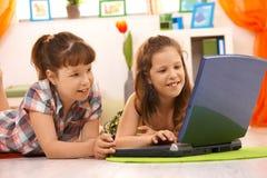 Kinderen die computer thuis met behulp van stock foto's