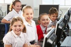 Kinderen die computers leren te gebruiken stock afbeeldingen