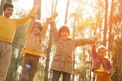 Kinderen die in dalingsbladeren spelen Royalty-vrije Stock Afbeelding