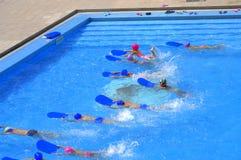Kinderen die de concurrentie zwemmen Stock Afbeeldingen