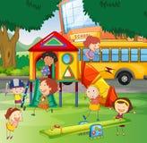 Kinderen die in de schoolspeelplaats spelen Royalty-vrije Stock Foto's