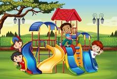 Kinderen die in de speelplaats spelen Stock Fotografie