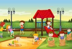 Kinderen die in de speelplaats spelen Stock Afbeelding