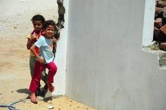 Kinderen die in de straat spelen Stock Afbeeldingen