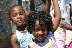 Kinderen die in de straat, Zuid-Afrika dansen Stock Afbeelding