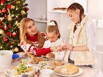 Kinderen die deeg in keuken rollen royalty-vrije stock afbeelding