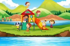 Kinderen die dia in het park spelen Stock Foto's