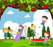 Kinderen die dia spelen en op trampoline stuiteren vector illustratie