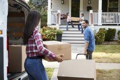 Kinderen die Dozen van Van On Family Moving In-Dag helpen leegmaken royalty-vrije stock afbeelding