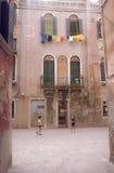 Kinderen die in een binnenplaats in Venetië spelen Stock Afbeelding