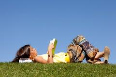 Kinderen die een boek lezen stock foto's