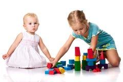 Kinderen die een kasteel bouwen Stock Foto