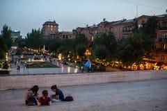 Kinderen die in een park spelen royalty-vrije stock afbeelding