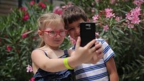 Kinderen die een selfie op een mobiele telefoon nemen stock footage