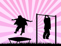 Kinderen die in een speelplaats spelen Stock Afbeelding