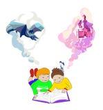 Kinderen die en boek lezen liggen Jonge geitjesverbeelding Royalty-vrije Stock Foto's