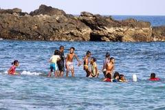Kinderen die en in het water glimlachen spelen Royalty-vrije Stock Afbeeldingen