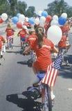 Kinderen die Fietsen in 4 de Parade van Juli berijden, Vreedzame Palissaden, Californië Royalty-vrije Stock Afbeelding