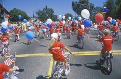 Kinderen die Fietsen in 4 de Parade van Juli berijden, Vreedzame Palissaden, Californië Stock Afbeelding