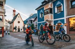 Kinderen die fietsen in Ortisei, Italië berijden stock fotografie