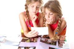 Kinderen die foto's bekijken tog Royalty-vrije Stock Afbeeldingen