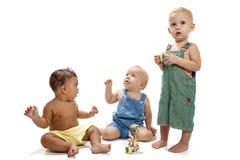Kinderen die geïsoleerd kleurenspeelgoed spelen Stock Foto's