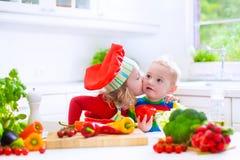 Kinderen die gezonde plantaardige lunch voorbereiden Royalty-vrije Stock Foto