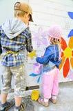 Kinderen die graffiti trekken Stock Foto's