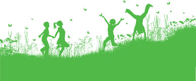 Kinderen die in gras en bloemen spelen Stock Afbeeldingen