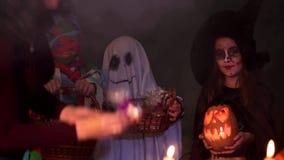 Kinderen die in Halloween-Kostuums Truc spelen of stock videobeelden