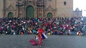 Kinderen die in het belangrijkste vierkant van Cusco - Peru dansen stock footage