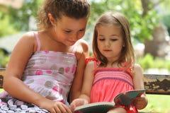 Kinderen die het boek lezen royalty-vrije stock afbeelding