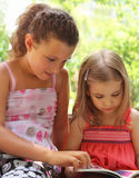 Kinderen die het boek lezen royalty-vrije stock foto's