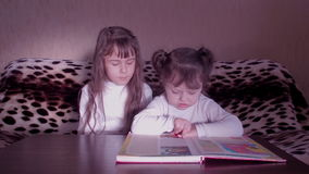 Kinderen die het boek lezen stock footage