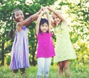Kinderen die het Concept van de het Gelukvrije tijd van de Meisjessamenhorigheid spelen Royalty-vrije Stock Afbeelding