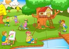De kinderen die onder boom spelen huisvesten Royalty-vrije Stock Foto's