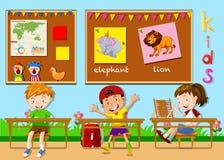 Kinderen die in het klaslokaal bestuderen Stock Foto