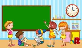 Kinderen die in het klaslokaal leren Stock Foto