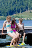 Kinderen die in het meer spelen Stock Afbeelding