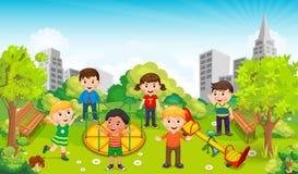Kinderen die in het midden van het park tegen de achtergrond van de stad spelen Vector Stock Foto's