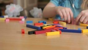 Kinderen die in het ontwikkelen van ontwerper spelen Close-up stock videobeelden
