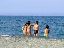 Kinderen die in het overzees spelen Stock Fotografie