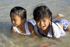 Kinderen die in het overzees spelen Stock Foto's