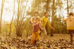 Kinderen die in het park spelen Royalty-vrije Stock Afbeelding