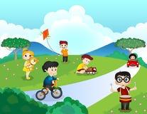 Kinderen die in het park spelen Royalty-vrije Stock Afbeeldingen