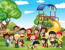 Kinderen die in het park spelen vector illustratie