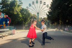 2 kinderen die in het park spelen Royalty-vrije Stock Foto's